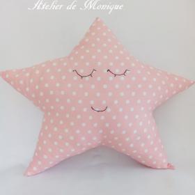 Cojín estrella rosa con topitos blancos