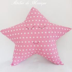 Cojín estrella rosa con estrellas blancas