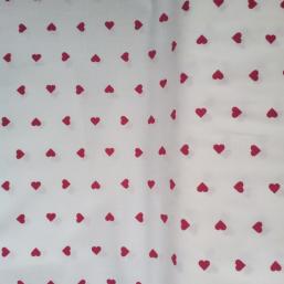 Tela blanca con corazones rojos